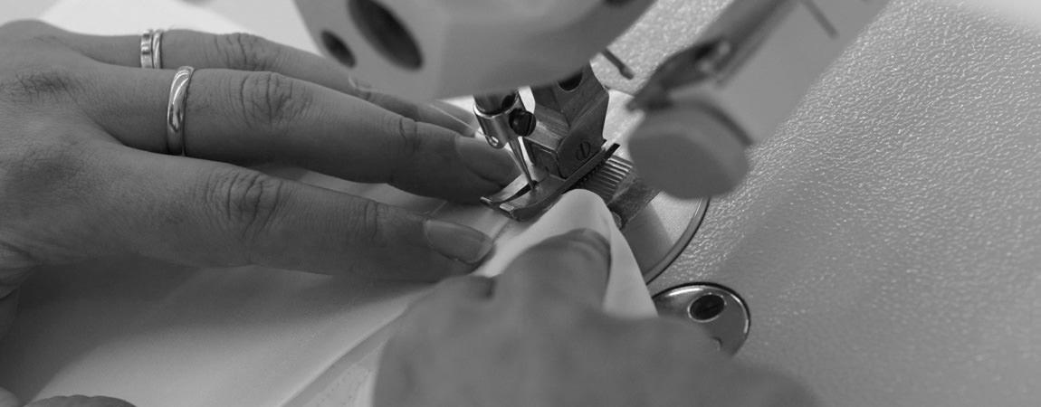 Le camicie artigianali sono create attraverso un percorso unico, tagliate e confezionate a mano con la cura e la meticolosità del maestro camiciaio. Oggetti esclusivi e di altissimo pregio e valore, con tessuti e materiali scelti accuratamente tra le più prestigiose aziende italiane, vengono creati manualmente attraverso un percorso unico nasce un esclusivo prodotto sartoriale: La scelta del tessuto che soddisfi la vista e il tatto Le misure per la giusta vestibilità del corpo La creazione manuale del cartamodello Il taglio sartoriale del tessuto La cucitura dei singoli pezzi Il confezionamento della camicia La presentazione e la consegna al cliente
