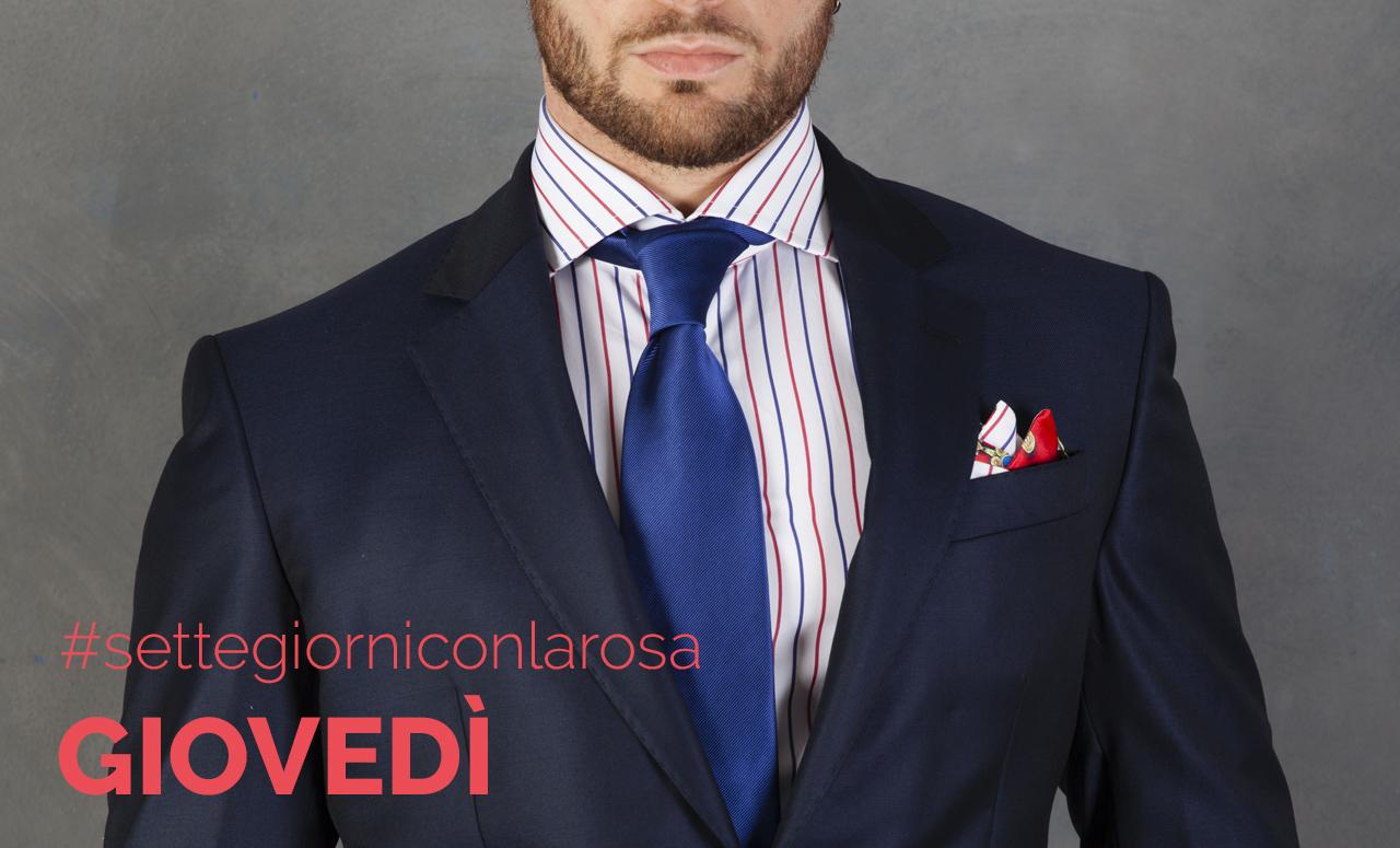 Camicia Popeline Doppia Riga Rossa e Blu 100% Cotone Camicia dal gusto sobrio, che sostituisce con classe la camicia bianca, caratterizzata da righe dai colori brillanti del rosso del blu , che conferisce alla camicia l'audacia di essere indossata di giorno in tutte le occasioni formali e informali.